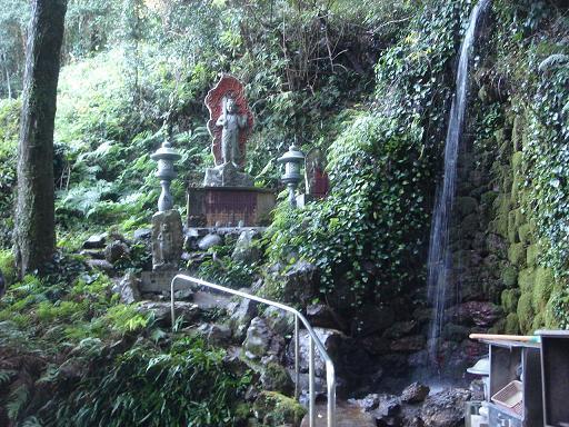 境内の滝と不動尊.JPG