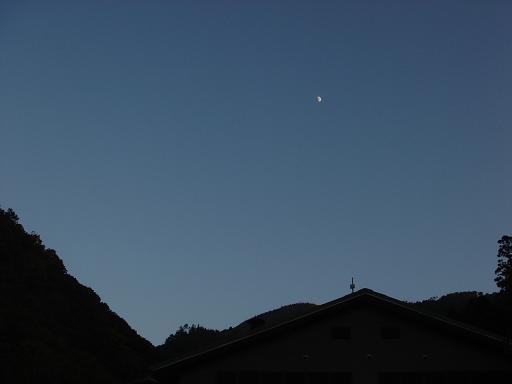 空には可愛らしい半月が.JPG
