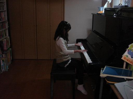 みずきちゃんのピアノ演奏.JPG