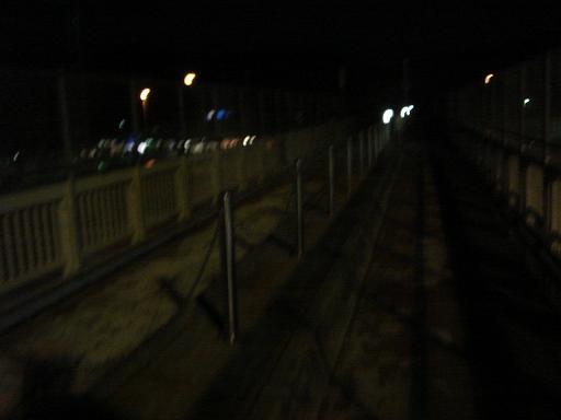 暗い歩道橋を渡って.JPG