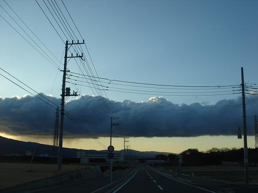 暗雲が横たわって・・・・.JPG