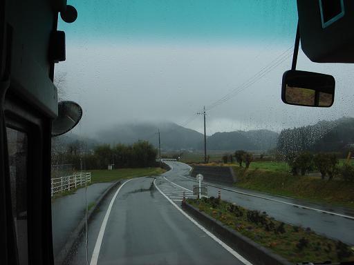 雨の中バスで移動.JPG