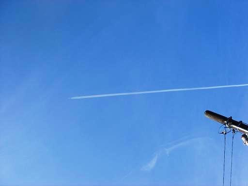 青い空とジェット機.JPG