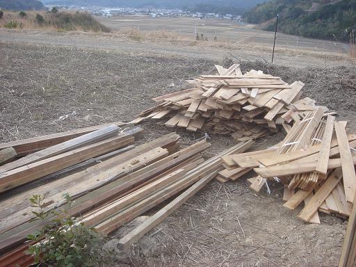 貰ってきた材木の山.JPG