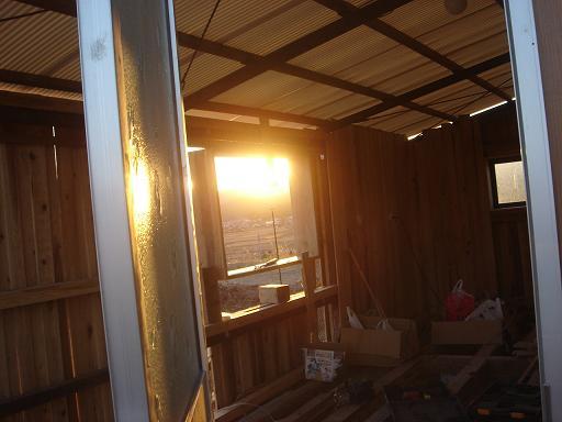 玄関から見る夕日.JPG