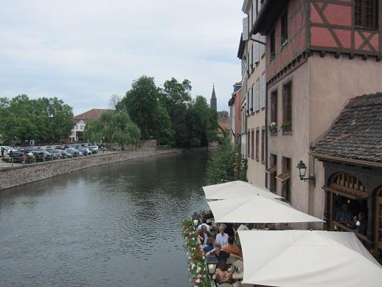 街を囲むイル川