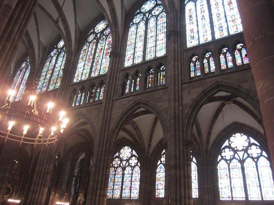 聖堂内のステンドグラス