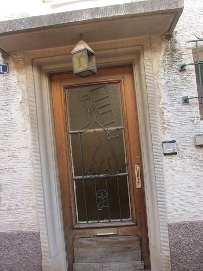 ブドウを担ぐ人のデザインのある扉