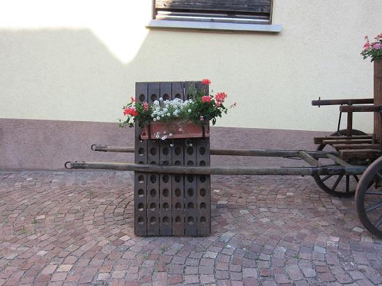 ワインラックの花飾り 1