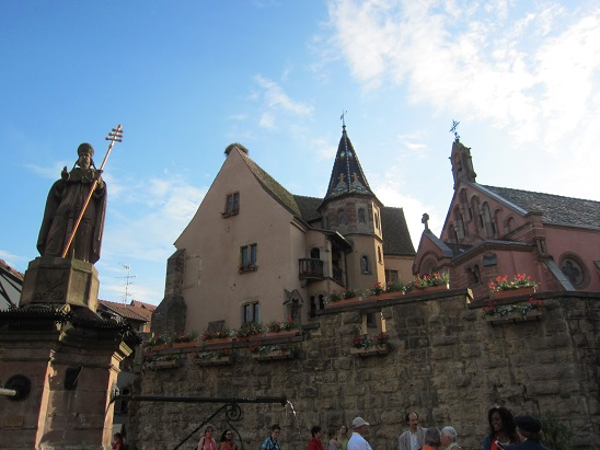 城壁と8世紀にローマ法王だった聖レオン9世の像