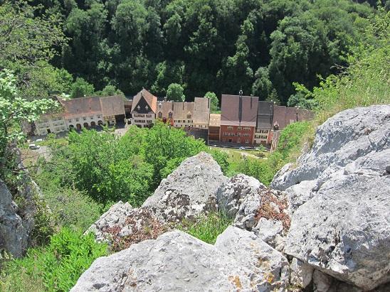 城砦から村を見下ろす