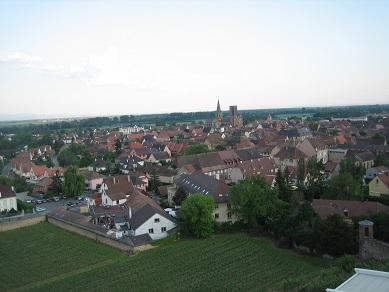 お城の丘から村を見る