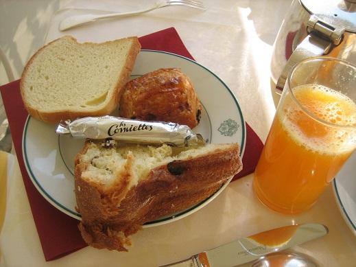 朝食のパンとジュース