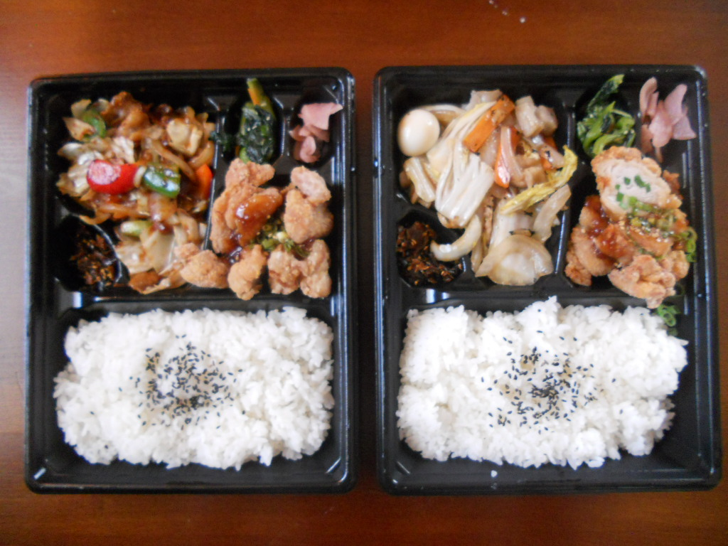 <回鍋肉と油淋鶏弁当>と<八宝菜と油淋鶏弁当>
