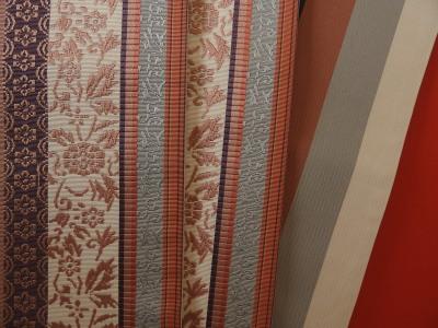 博多の小森草木染工房さんの半幅帯です。飾り結びが色々出来るよう、長めです。「あ~れ~」だって可能。
