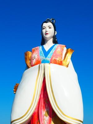青空に映えて美しく巨大な乙姫様…★この写真ではいまいち巨大さが伝わりませんね(>_<)