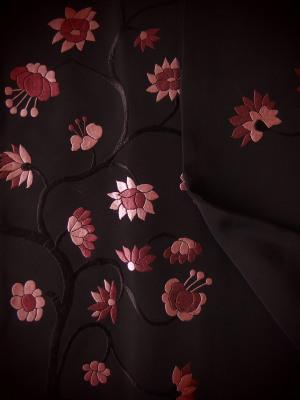 韓国の伝統衣装にもありそうな刺繍です。