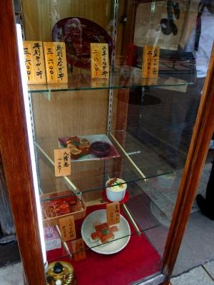 数十年、値段だけが変わるショーケース。関西ですがここは背開き。新京極「かねよ」。気取らない店です。