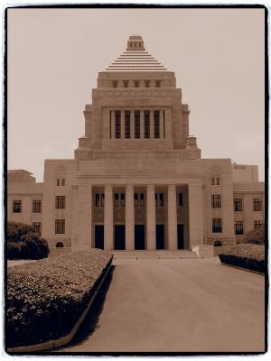 国会議事堂正面。こういう写真は人が入ったほうが雰囲気が出ると思うのですが、何しろプライバシーに配慮しなくてはならないご時世…。実際は見学者が代わる代わる記念撮影していました。
