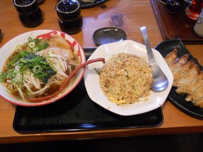 昼食(焼き飯定食餃子付き)