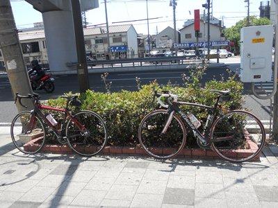 鬼平コロッケ前自転車2台