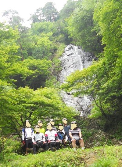 滝の前の集合写真