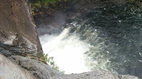 レインボーフォールズの上から滝壺を見る