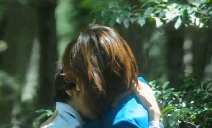 【赤澤ムック】男に跨り自ら腰を振る野外濡れ場シーン