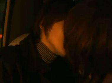 【今宿麻美】車中で舌を絡めるレズキス