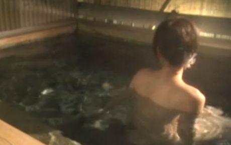 【宇田川ひとみ】オールヌード披露する温泉入浴シーン