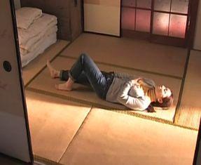 【丸純子】畳に寝そべってオナニーシーン