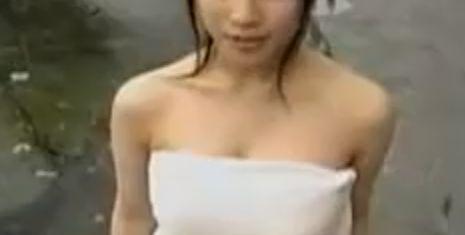 【佐藤寛子】バスタオル一枚姿で温泉入浴シーン