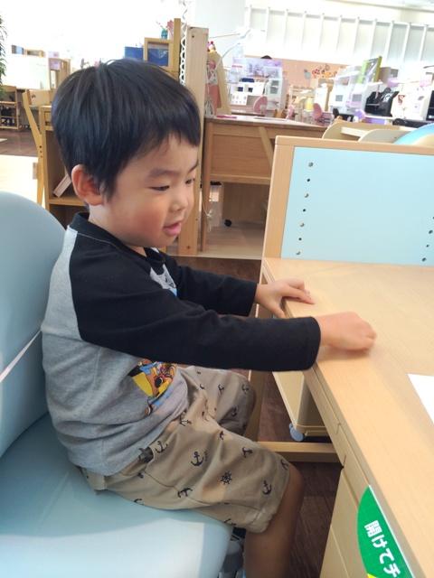 机に向かって勉強中