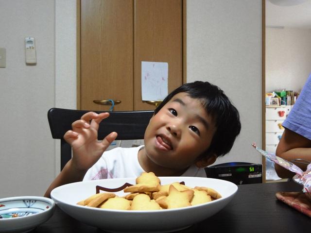 クッキーを食べる陸ちゃん