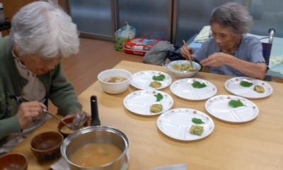 スマイルのお婆ちゃんも昼食準備中130827