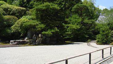 鶴亀の庭園(向かって右)