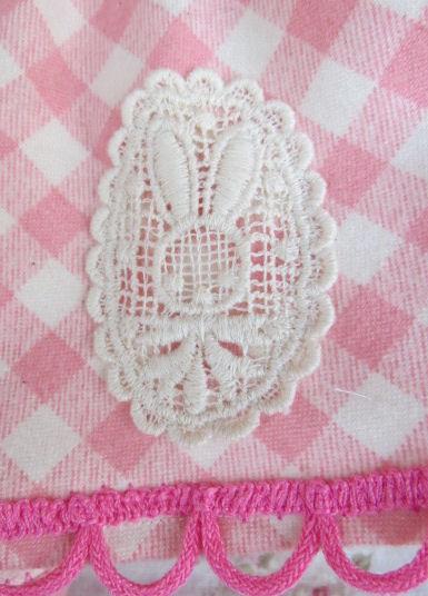 ウサちゃんのポイントと、裾はピンクのレース