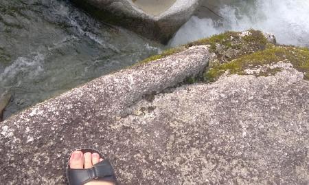 岩の上から