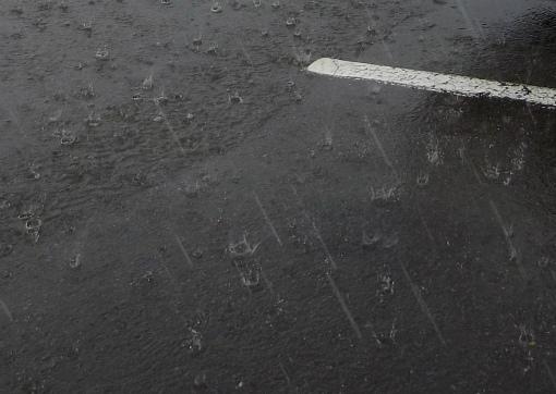 駐車場で大粒の雨