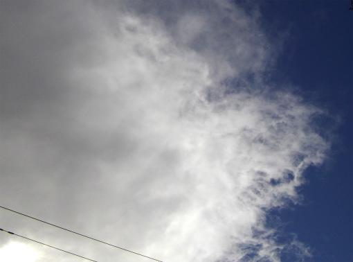 青空に黒雲が