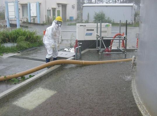 雨水を排出する作業員