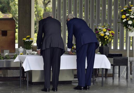 米国務長官らが千鳥ケ淵墓苑で献花