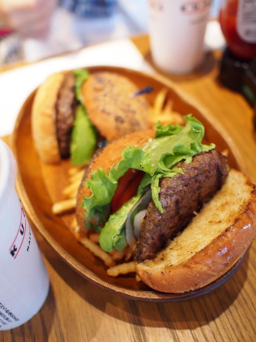 クア・アイナでハワイアン・ハンバーガー
