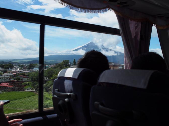 バス車内から望む富士山