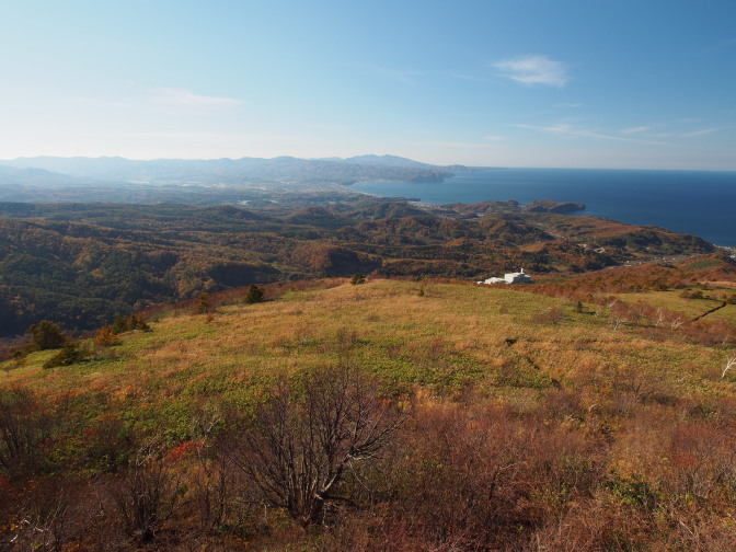 岩の上からの景色(積丹岳・余別岳)