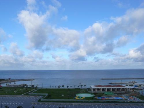 窓から見える海