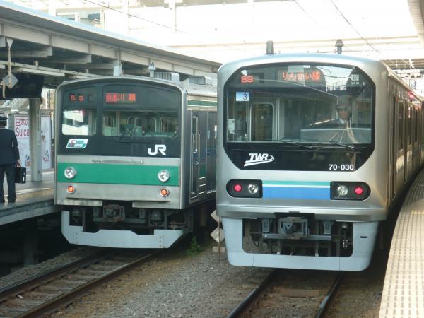 2013-11-24 埼京線205系ハエ22編成 快速川越行き りんかい線70-000形Z3編成 新木場行き2