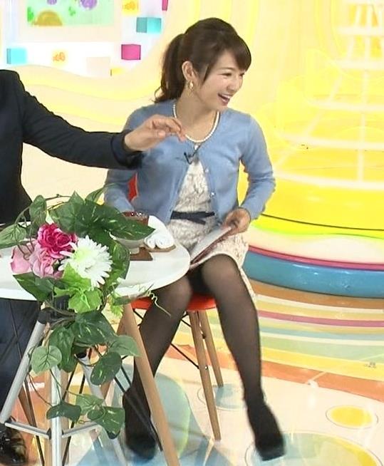 長野美郷 ミニスカートで足を開いている