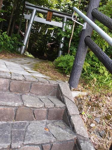 s-階段を上がると白金神社~