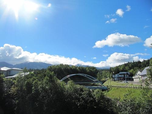 s-青空なのですが山の頂上に雲。